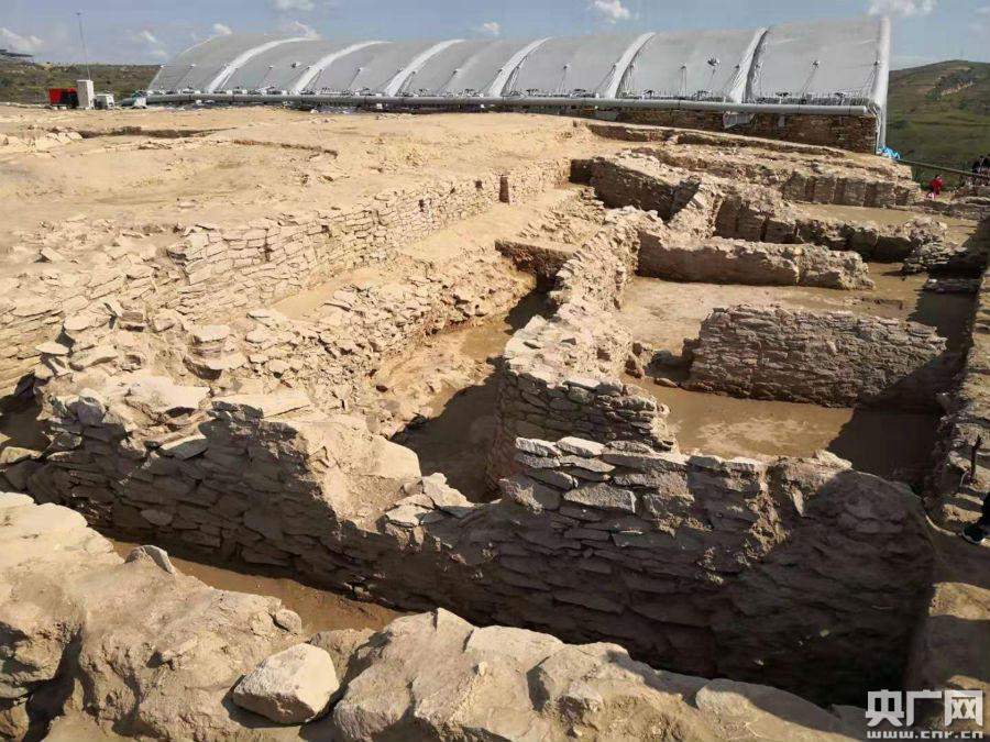 新皇冠官网app下载:陕西神木石峁遗址皇城台发掘取得重要播种 发现70余件精美石雕