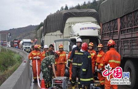 昆玉高速发生16车连环相撞事故一名驾驶员被困