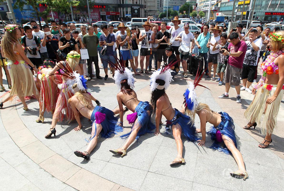 外国女孩儿穿着比基尼表演舞蹈