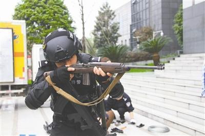 四川警方集中销毁枪支 其中发现一支二战名枪