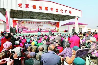 日前,河南省太康县老冢镇刘寨村在宣传党的十九大精神。刘俊涛摄/光明图片